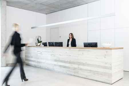 In diesem hellen schlichten Raum der Porsche Informatik Salzburg wird man freundlich empfangen.