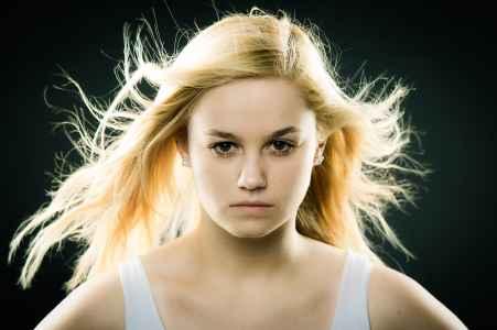 Pauline im Portraet im Fotostudio mit wehenden Haaren