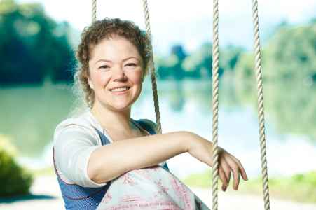 Die Sängerin Agnes Lies Crone im Portraet am Schloss Leopoldskron fuer ihre Werbung
