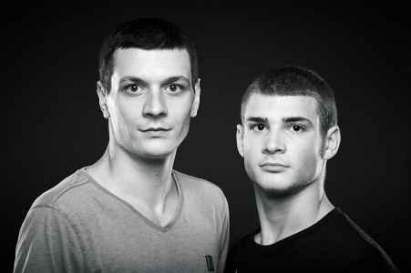 Dino und Luka Culina im Portraet im Fotostudio