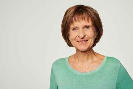 Kinesiologin Isolde Weilharter im Portraet im Fotostudio
