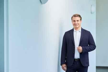 Jan Schmidt Steuerberater aus Salzburg im Portraet in seiner Kanzlei