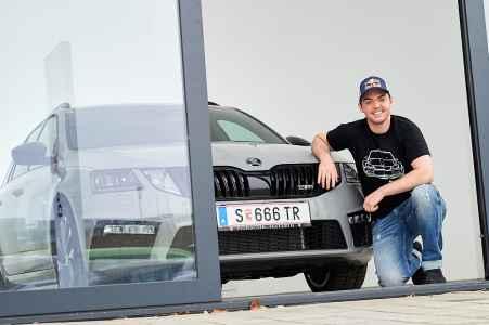 Der Motorrad Rallye Profi Matthias Walkner und sein neuer SKODA Octavia RS von Porsche Hallein