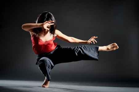 Tänzerin vom TRAK Dance Ensemble im Fotostudio