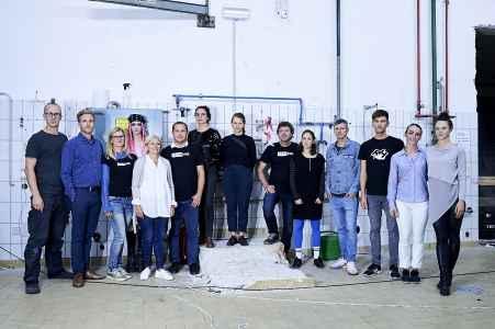 Team der KünstlerInnen der Ausstellung Öffne mich in den alten Gärhallen der Trumer Brauerei in Obertrum