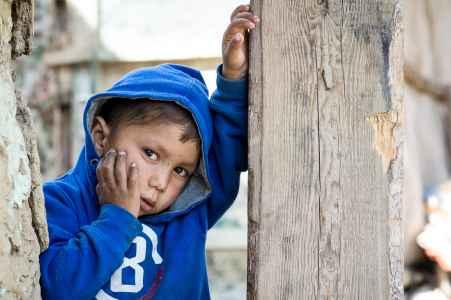 Porträt von einem Roma Jungen in einer Siedlung in Dumbraveni Reise mit der Diakonie
