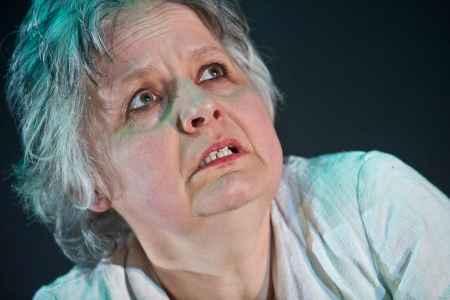 Sing-Schauspielerin Gertraud Steinkogler-Wurzinger auf der Bühne im Odeïon. Regie: Renate Ourth