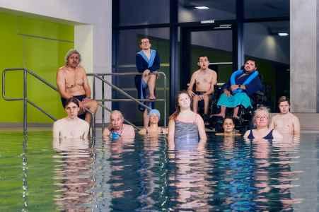 Szenenbild für die Werbung vom neuen Stück vom Theater Ecce im Ayabad in Salzburg