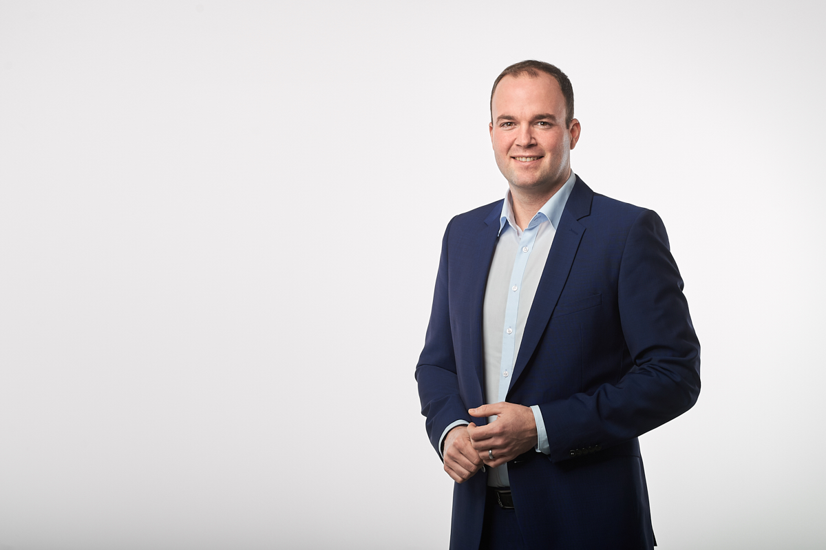 Steffen Gersch, Leitung Flottenmanagement International der Porsche Bank, im Studio Businessportraet bei Fotograf Andreas Brandl. Fotostudio Flausen, Salzburg.